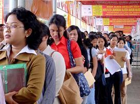 pencari kerja mendaftar lowongan pekerjaan